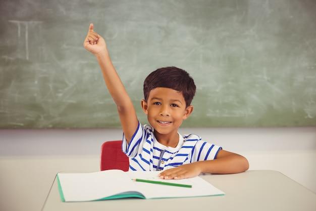 教室で手を上げる少年の肖像画