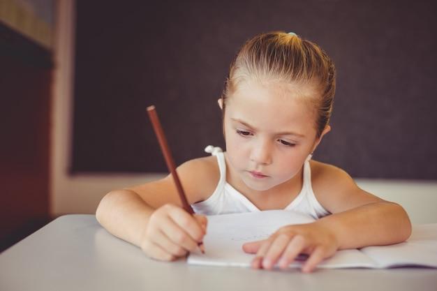 教室で宿題をしている女の子