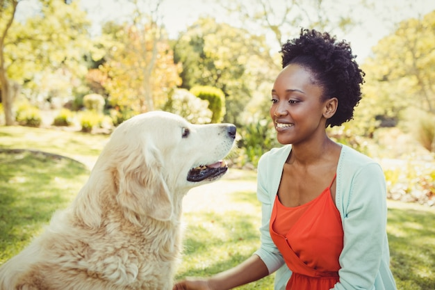 女性が彼女の犬とポーズ