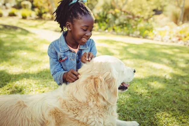 彼女の犬とポーズの女の子