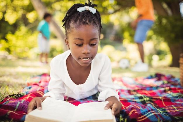 Счастливая девушка читает книгу