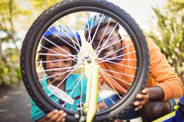 Семья ремонтирует велосипед