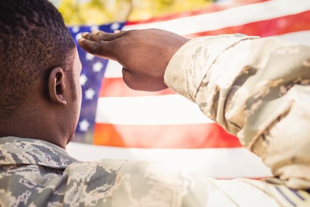 Человек приветствует американский флаг