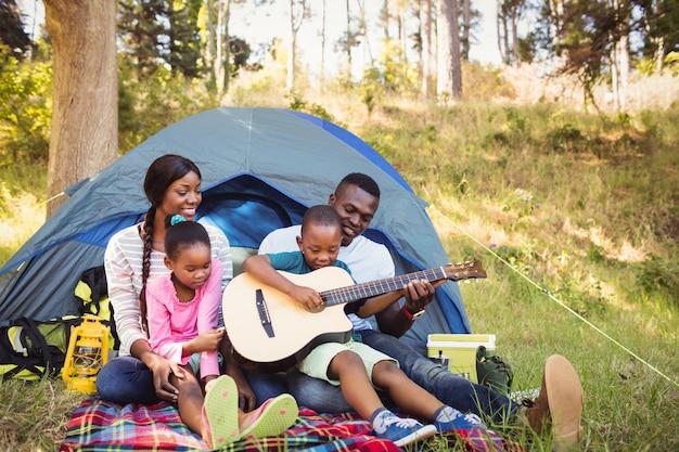 Счастливая семья наслаждается вместе