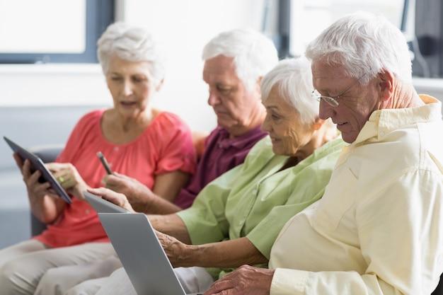 Пожилые люди, использующие таблетки