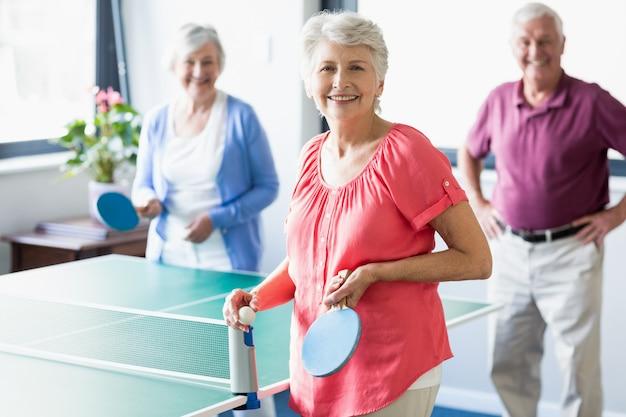 卓球をしている高齢者