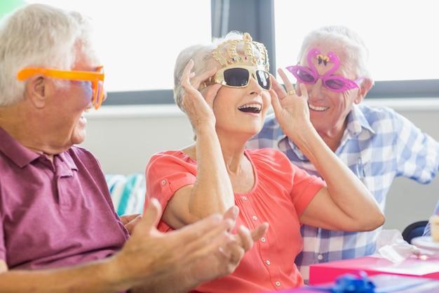 Пожилые люди в смешных очках