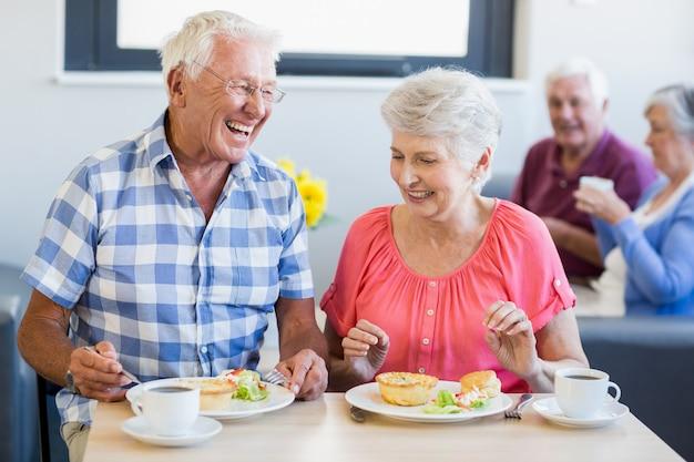 一緒に昼食を食べている高齢者