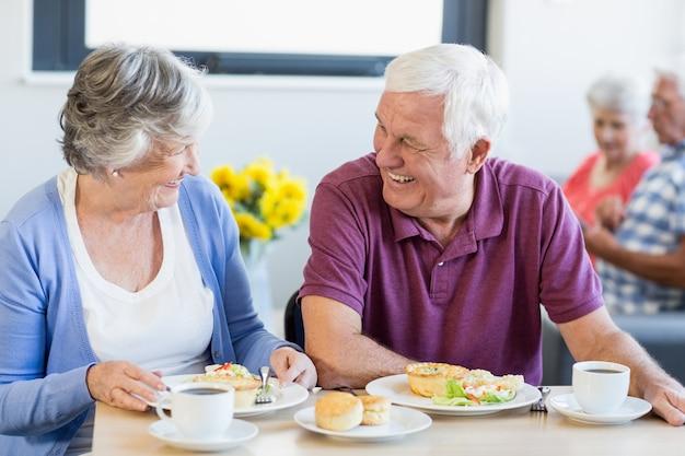 Пожилая пара обедает вместе