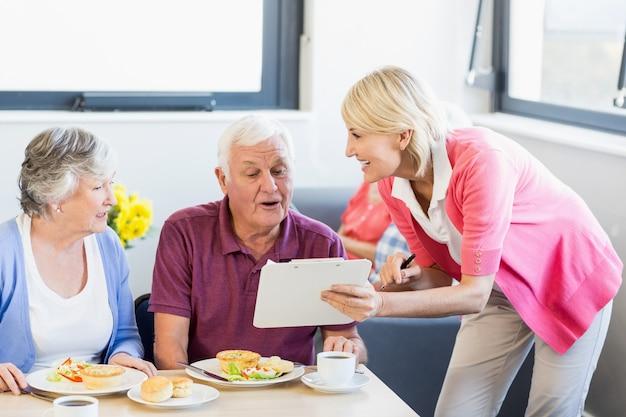 Медсестра показывает буфер обмена для пожилых людей