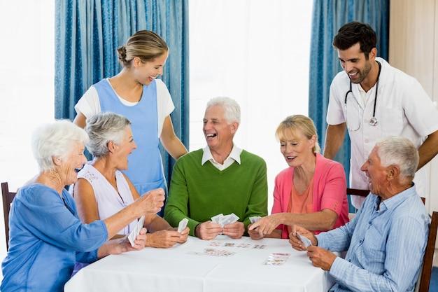 Старшие играют в карты