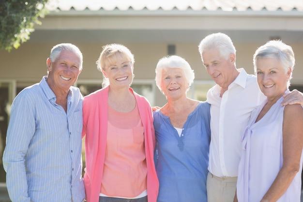 Пожилые люди стоят вместе
