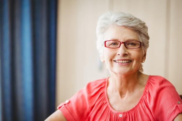 年配の女性がカメラに笑顔