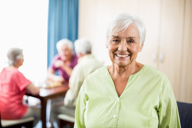 立っている年配の女性