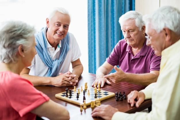 Пожилые люди играют в шахматы