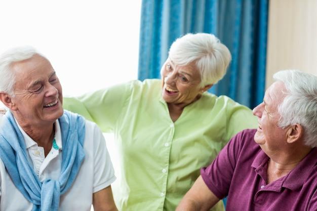 Пожилые люди веселятся вместе