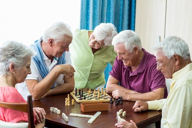 Пожилые люди играют в игры