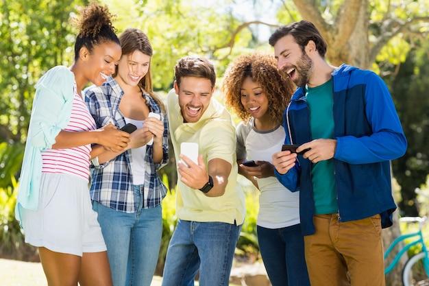 Группа друзей, делающих селфи с мобильным телефоном