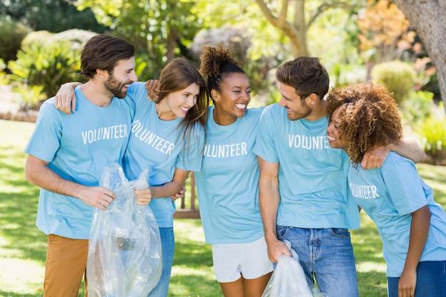 楽しいボランティアのグループ