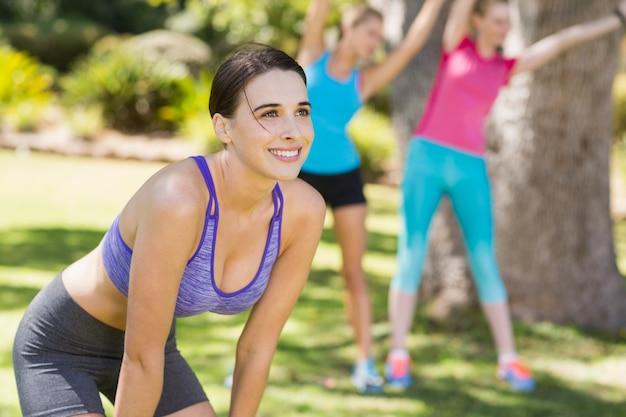 Красивая молодая женщина, принимая перерыв после тренировки