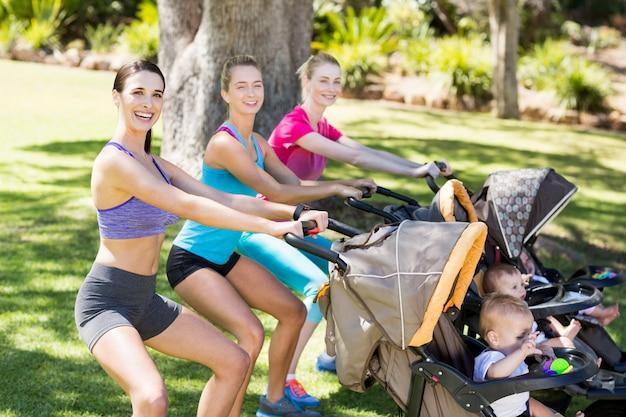 ベビーカーで運動する女性