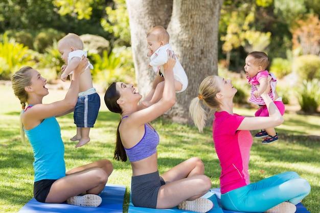 運動中に赤ちゃんを抱く女性