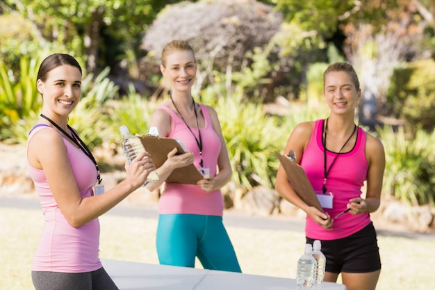 Счастливая женщина-волонтер в парке