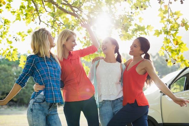Группа друзей, веселиться в парке