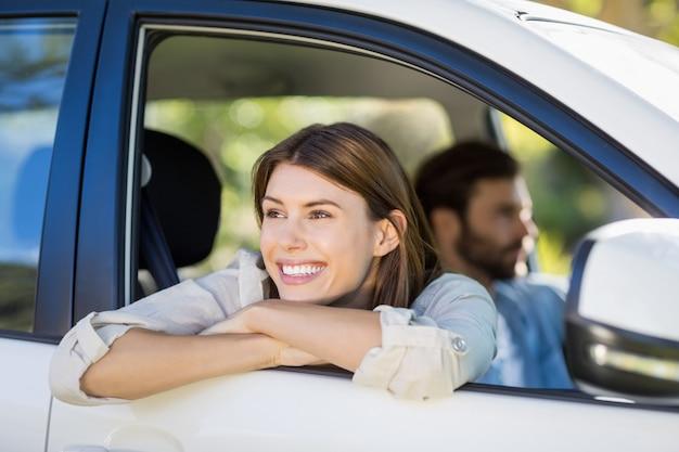 Вдумчивый женщина, глядя из окна автомобиля