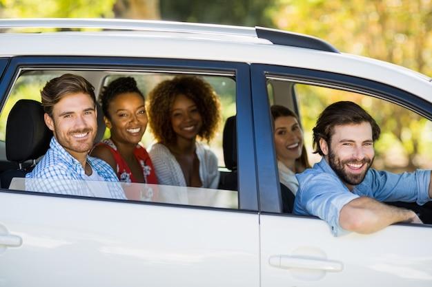 Группа друзей, глядя из окна автомобиля