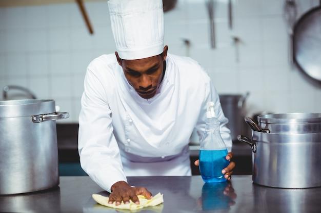Шеф-повар чистит кухонную стойку