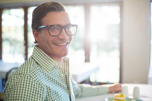 昼食を食べて笑顔の男の肖像
