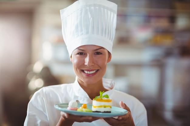 彼女の食べ物を提示するシェフの肖像画
