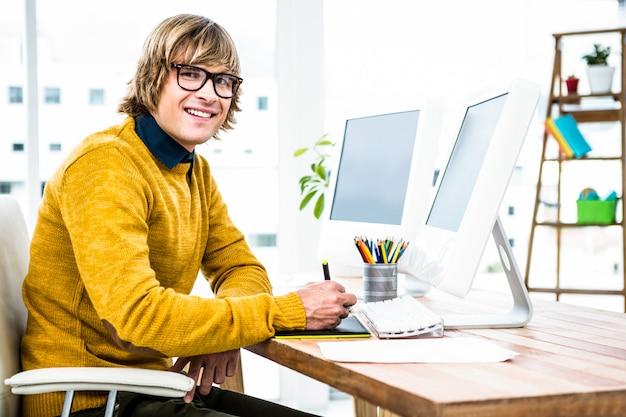 Взгляд со стороны бизнесмена битника используя график таблетки в его офисе