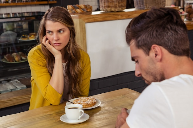 Сидя пара и чувство напряжения