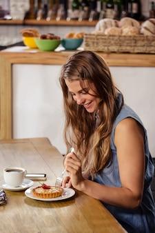 デザートを食べるカジュアルな女の子