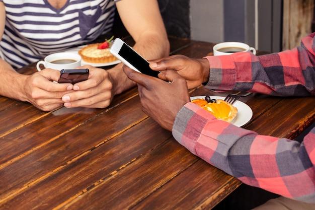 スマートフォンを使用している友人