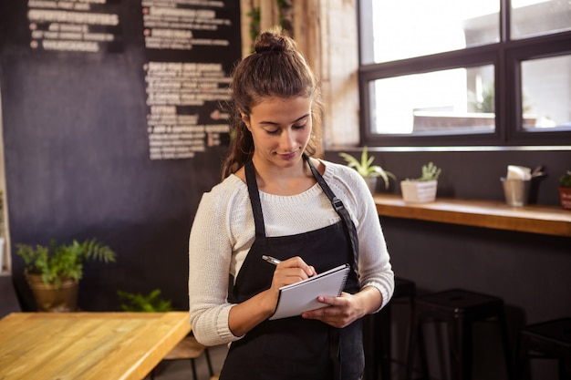 Официантка принимает заказ в кафетерии