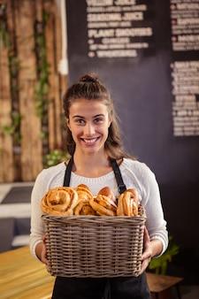 Портрет официантки с корзиной венок