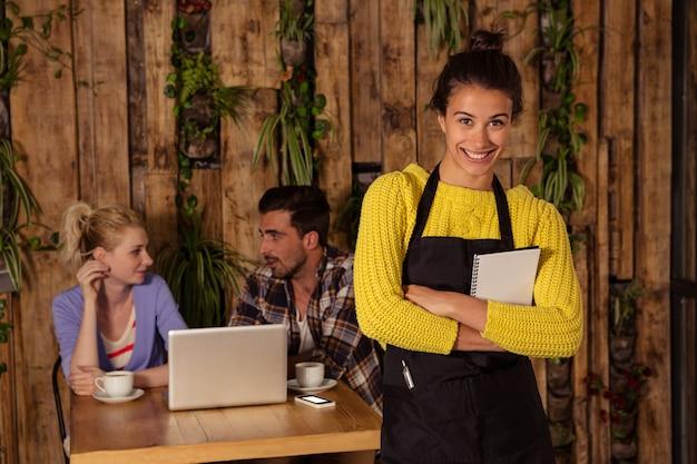 Официантка принимает заказ перед двумя друзьями