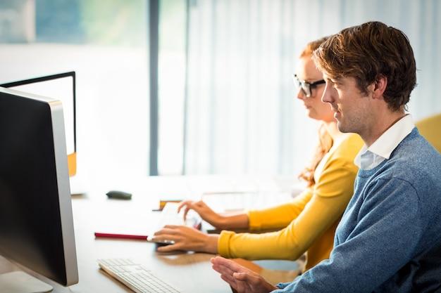 Руководители работают на компьютере