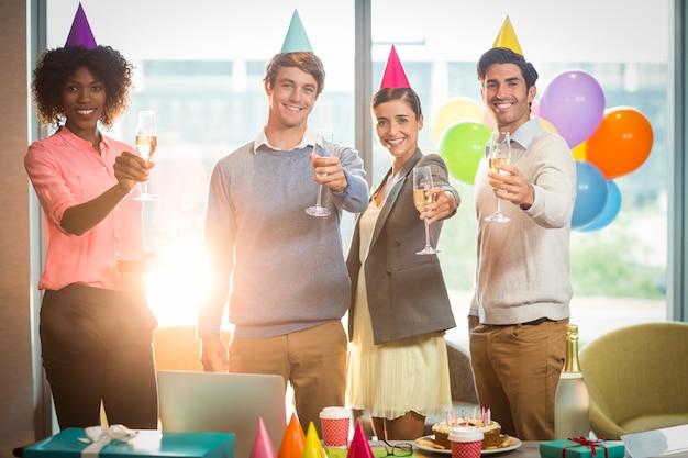 誕生日を祝っているビジネス人々の肖像画