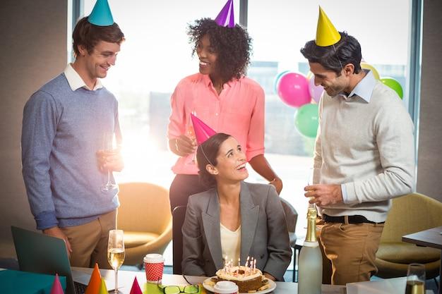 誕生日を祝うビジネス人々