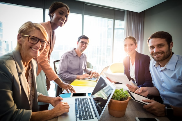 会議中のビジネス人々
