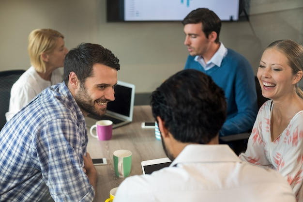 Деловые люди, взаимодействующие во время встречи