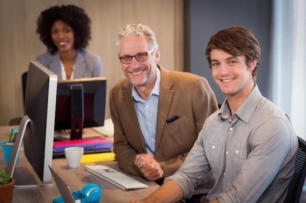 オフィスに座っているビジネス人々の笑顔