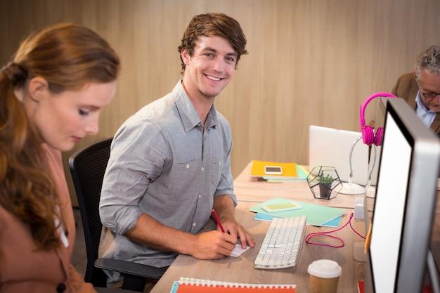 オフィスに座っている青年実業家