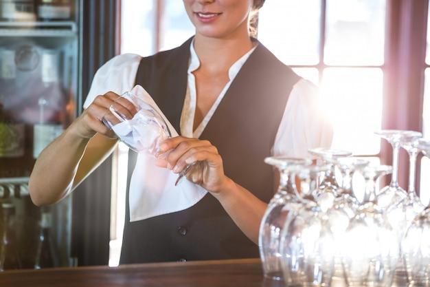 Официантка чистит очки