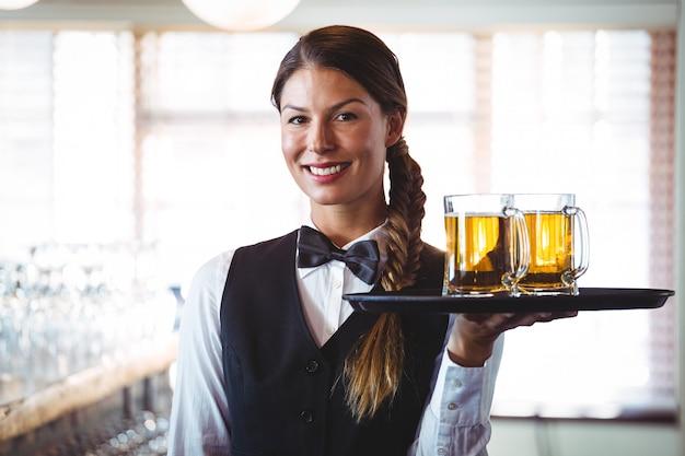 ビールを保持しているウェイトレス