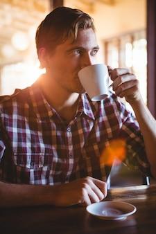 一杯のコーヒーを飲む男性